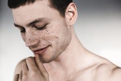 Общительное мужское имеющ грязь на носе