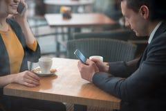 Общительные партнеры работая в кафе Стоковые Изображения RF