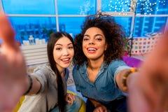 Общительные женщины принимая фото на камеру Стоковое фото RF