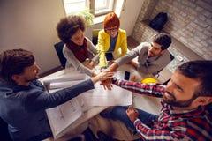 Объединенная команда в офисе архитектора работая совместно Стоковые Фото