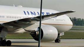 Объединенный самолет ездя на такси на авиапорте Франкфурта FRA акции видеоматериалы
