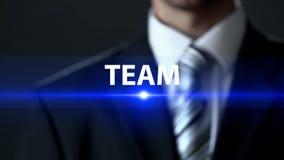 Объединяйтесь в команду, бизнесмен стоя перед экраном, единение и сотрудничество стоковое фото rf