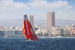 Объединяйтесь в команду плавание Dongfeng после ноги 1 Аликанте-Лиссабона старта Стоковые Изображения
