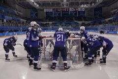Объединяйтесь в команду Соединенные Штаты перед спичкой против команды Словении в игре хоккея на льде ` s людей предварительной к Стоковые Изображения