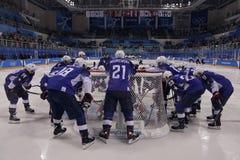 Объединяйтесь в команду Соединенные Штаты перед спичкой против команды Словении в игре хоккея на льде ` s людей предварительной к Стоковое фото RF