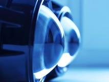 Объективы фары в сини освещают контржурным светом стоковая фотография