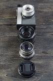 Объективы фотоаппарата на деревянной предпосылке стоковая фотография rf
