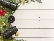Объективы для зеркальной камеры и украшения рождества на белой деревянной предпосылке Стоковое фото RF