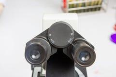 Объектив микроскопа лаборатории современные микроскопы в лаборатории Стоковые Фотографии RF