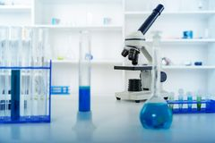 Объектив микроскопа лаборатории современные микроскопы в a Стоковые Фото