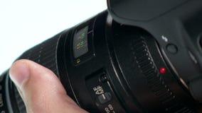 Объектив фото - рука регулирует кольцо фокуса акции видеоматериалы