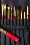 Объекты женщины моды Составьте сумку с косметиками на белой предпосылке положение fkat, взгляд сверху Стоковые Изображения