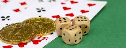Объекты игры в покер - карты игры, кость и bitcoins на зеленой предпосылке знамена стоковые фотографии rf