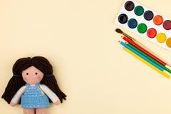 Объекты, инструменты для творческих способностей, чертеж, вязание крючком вязания крючком ` s детей - концепция творческих способ Стоковая Фотография RF