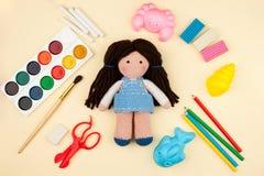 Объекты, инструменты для творческих способностей, чертеж, вязание крючком вязания крючком ` s детей - концепция творческих способ Стоковое фото RF