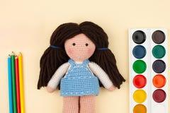 Объекты, инструменты для творческих способностей, чертеж, вязание крючком вязания крючком ` s детей - концепция творческих способ Стоковые Фотографии RF