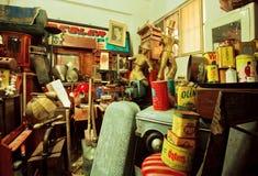 Объекты и антиквариаты искусства в популярном подержанном магазине стоковые изображения