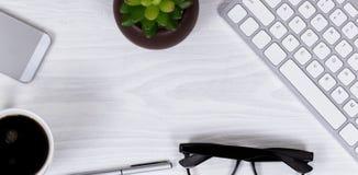 Объекты и кофе конторской работы на чистой белой предпосылке настольного компьютера Стоковое Изображение RF