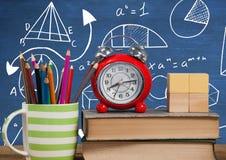 Объекты на переднем плане стола с графиками классн классного уровнений математики Стоковые Фото