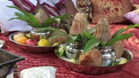 Объекты на покрывале на индийской свадебной церемонии сток-видео