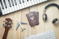 Объекты путешественника продукции музыки на деревянном столе Стоковые Изображения