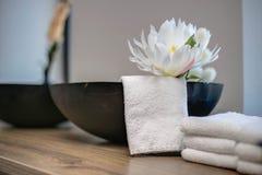 Объекты салона красоты с белым цветком и полотенцем Стоковые Фотографии RF
