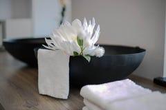 Объекты салона красоты с белым цветком и полотенцем Стоковая Фотография