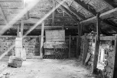 Объекты стекла, деревянных и металлических в чердаке с пылью и spiderwebs Стоковое Изображение RF