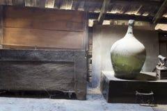 Объекты стекла, деревянных и металлических в чердаке с пылью и spiderwebs Стоковые Фото