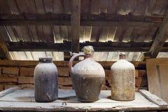 Объекты стекла, деревянных и металлических в чердаке с пылью и spiderwebs Стоковое Фото