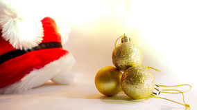Объект украшения шариков золота с мягкой предпосылкой santa фокуса делает Стоковые Фотографии RF