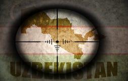 Объем снайпера направил на флаг и карту Узбекистана бесплатная иллюстрация