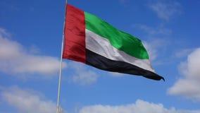 Объениненные Арабские Эмираты сигнализируют летание и развевать с предпосылкой темносинего неба видеоматериал