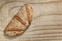 Объединенный кусок хлеба Брайна провозглашанный тост на грубой поверхности деревянного стола Стоковое Фото