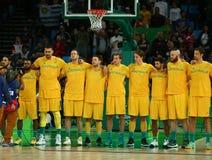 Объединяйтесь в команду Австралия перед спичкой баскетбола группы a Рио 2016 Олимпийских Игр против команды США Стоковые Изображения
