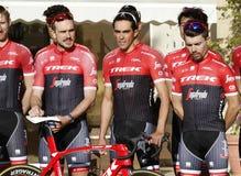 Объединяйтесь в команду трек Segafredo с Альберто Contador перед тренировкой стоковое фото rf