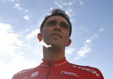 Объединяйтесь в команду трек Segafredo с Альберто Contador перед тренировкой стоковое фото