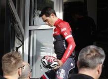 Объединяйтесь в команду трек Segafredo с Альберто Contador перед тренировкой стоковые изображения rf