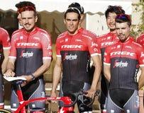 Объединяйтесь в команду трек Segafredo с Альберто Contador перед тренировкой стоковые изображения