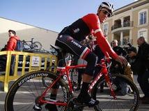 Объединяйтесь в команду трек Segafredo с Альберто Contador перед тренировкой стоковые фото