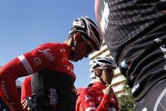Объединяйтесь в команду трек Segafredo с Альберто Contador перед тренировкой стоковое изображение
