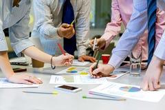 Объединяйтесь в команду люди концепции дела работы обсуждая данные по представления Стоковые Фото