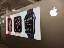 Объявление дозора Яблока на стене отличая логотипом Яблока стоковые изображения