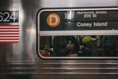 Объявление направления острова кролика на линии поезде d в Нью-Йорке, США стоковые изображения