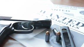 Объявление о поиске для преступника на таблице охотника щедрот, пистолета боя, патронов видеоматериал