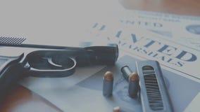Объявление о поиске для преступника на таблице охотника щедрот, пистолета боя, патронов акции видеоматериалы