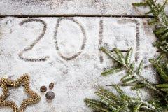 Объявлять 2017 на предпосылке снега зимы на праздник, взгляд сверху Стоковое Изображение RF