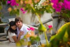 Объятие жениха и невеста в саде в лете среди цветков Стоковые Изображения