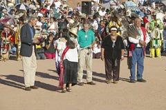 Объятие Керри Терезы Хайнц с членом междуплеменной индийской церемонии, Gallup, NM Стоковые Фото