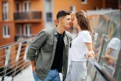 Объятие пар и датировка целовать на мосте стоковые фото